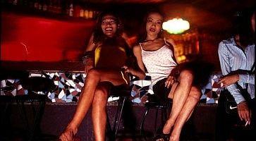 Una ragazza e un lady boy, in un locale a Koh Samui.