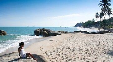 Ragazza si rilassa in spiaggia Koh Samui.