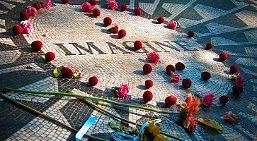 """Dettaglio del memoriale Strawberry Fields, con vari fiori appoggiati sulla scritta """"Imagine""""."""