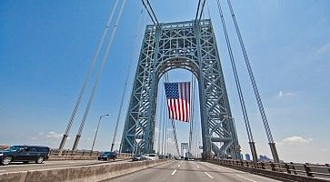 Bandiera americana appesa sopra il ponte George Washington a New York.