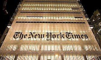 L'edificio del New York Times, illuminato di notte.