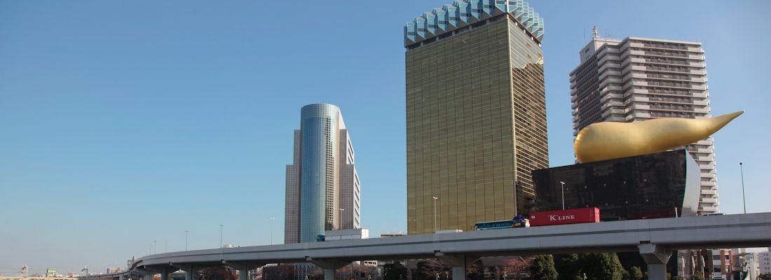 L'edificio della birra Asahi, visto dall'altra parte del fiume ad Asakusa.