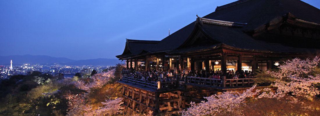 Il tempio Kiyomizu-dera di Kyoto al tramonto, in primavera.