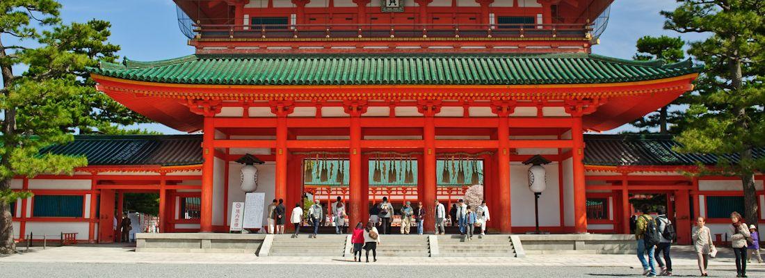 Il santuario Heian a Kyoto, di colore rosso acceso, con il tetto verde.