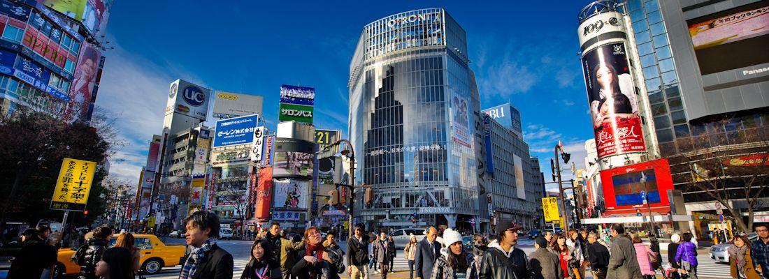 L'incrocio di Shibuya di giorno, attraversato da molte persone.