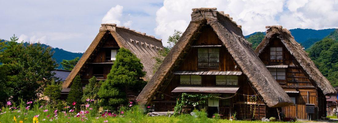 Case dai tetti in paglia, tipiche di Shirakawa-go.