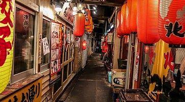 Stradine pittoresche con ristoranti a Yurakucho Yokocho.