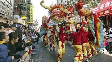 Una parata con un dragone a New York, per festeggiare il capodanno cinese.