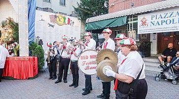 Musicisti con cappellini dell'Italia a Piazza Napoli (New York), durante la festa di San Gennaro