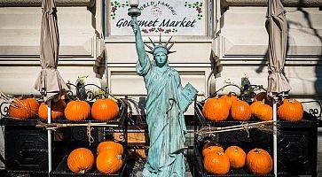 Zucche in vendita a New York, con una riproduzione della statua della libertà.