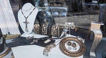Gioielli in vetrina da Amarcord Vintage Fashion.