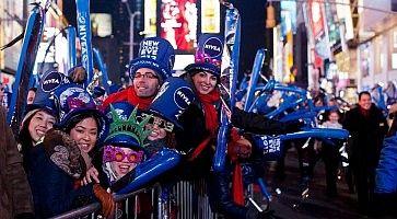 Gruppo di persone a Times Square attende lo scoccare della mezzanotte il 31 dicembre.