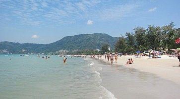 Spiaggia bianca a Patong Beach.