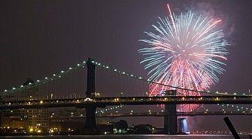 Fuochi d'artificio a New York in occasione del 4 luglio.
