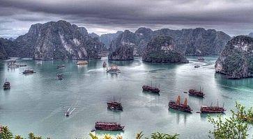 Zona marittima con varie piccole colline in Vietnam.