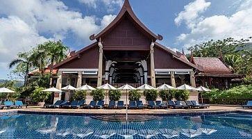 La piscina e un edificio al Novotel Phuket Resort.