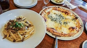 Pasta e pizza al ristorante Rigoletto, nella zona di Marunouchi.