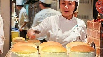 """Pasticcera """"marchia"""" le torte appena sfornate, da Rikuro Ojisan no Mise."""