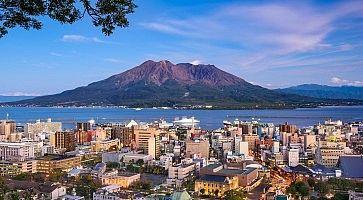 Skyline di Kagoshima, e sullo sfondo il vulcano Sakurajima.