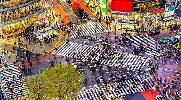 L'incrocio di Shibuya visto dall'alto, nel momento in cui attraversano centinaia di persone.