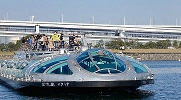 Barca Hotaluna, con a bordo turisti che fanno una crociera.