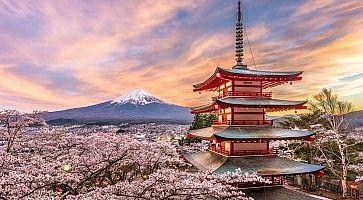 La pagoda Chureito con il Monte Fuji in lontananza