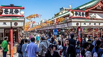 La strada Nakamise Dori gremita di gente.