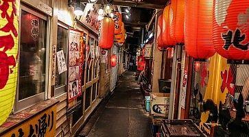 Strada con ristoranti tipici, a Ginza.