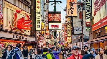 Il centro della zona di Dotonbori ad Osaka, con la grande e caratteristica scultura del granchio del ristorante Kani Doraku.