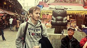 Marco Togni durante GiappoTour, al mercato Ameyoko a Ueno.