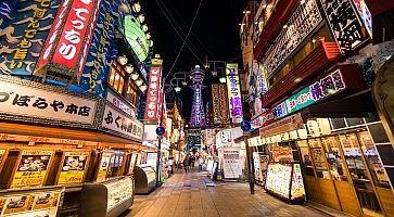 La zona di Shinseikai ad Osaka, di sera.