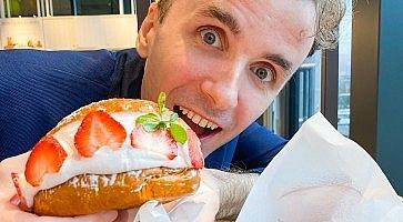 Marco Togni mangia un maritozzo con panna e fragole da Eataly, a Tokyo.