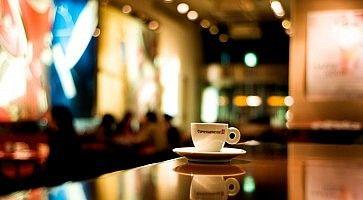 Caffè appoggiato sul bancone di un bar.