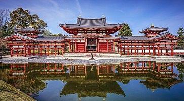 Il tempio Byodo In, che si specchia nello stagno antistante.