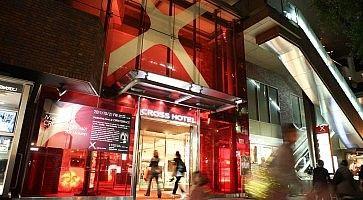 L'ingresso del Cross Hotel di Osaka, con vetrate rosse e una grande X.