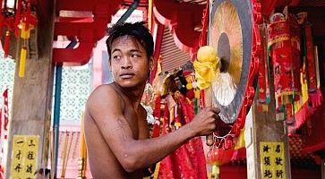 Percussionista al festival vegetariano di Phuket.