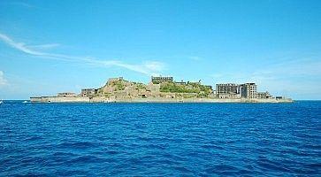 L'abbandonata isola Gunkanjima, vista dal mare.