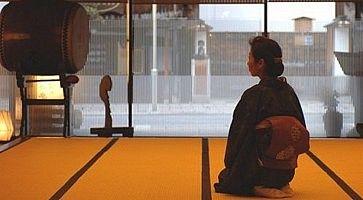 Cameriera in kimono, all'Honjin Hiranoya Kachoan di Takayama.
