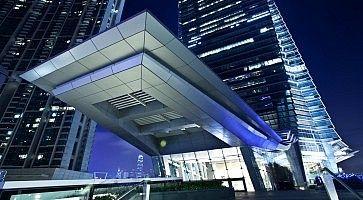 L'ingresso delI'nternational Commerce Center, di sera.