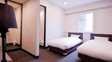 Stanza con due letti all'hotel Kinki di Osaka.