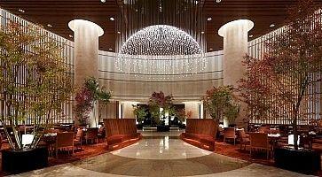 La maestosa lounge del Peninsula Hotel di Tokyo.