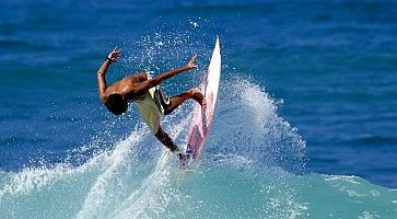 Un ragazzo fa surf.