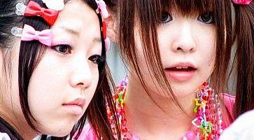 Primo piano di due ragazze cosplay, ad Harajuku.