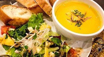 Pasto vegetariano al ristorante Eat More Greens.