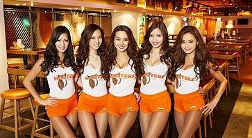 Cameriere di Hooters in posa per una foto di gruppo.