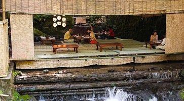 La zona per mangiare direttamente sul torrente, a Kibunesou.