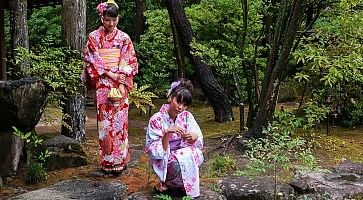 Due ragazze in kimono al Parco Yusentei.